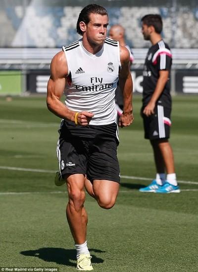 Phản ứng ngộ nghĩnh của cậu bé Cardiff khi đứng cạnh Gareth Bale ảnh 1