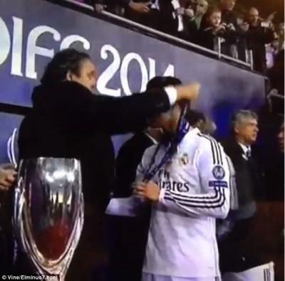 """Rô """"điệu"""" lém lỉnh định """"cuỗm"""" kỷ niệm chương của UEFA ảnh 1"""