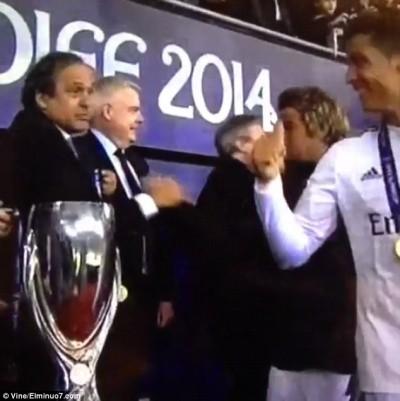 """Rô """"điệu"""" lém lỉnh định """"cuỗm"""" kỷ niệm chương của UEFA ảnh 2"""