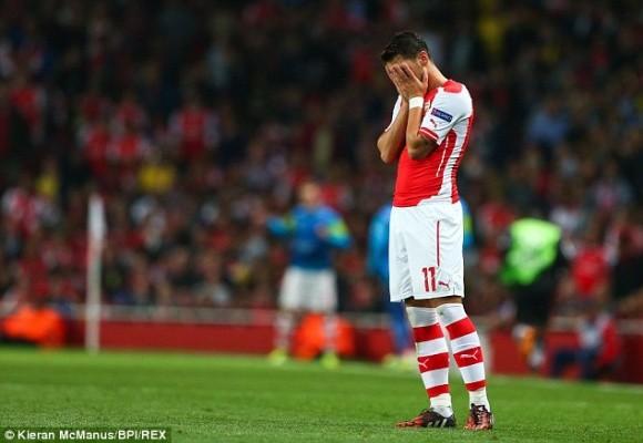 """Arsenal """"thủng"""" lỗ chỗ hàng thủ, mỏi mắt chờ Ozil ảnh 3"""