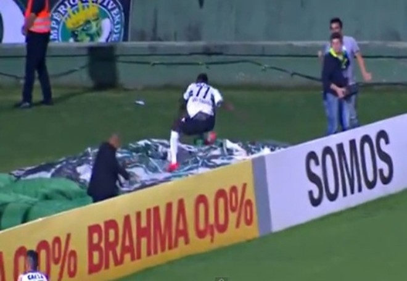 Sự phấn khích của Joel - tiền đạo trẻ 20 tuổi của Coritiba sau bàn thắng Anh nhảy ra sau cầu môn ăn mừng và...biến mất