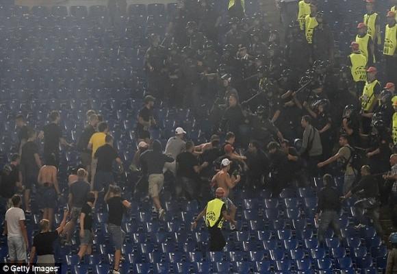 """Thảm bại ở Roma, hooligan Nga lao vào """"tẩn"""" các tifosi trên khán đài ảnh 2"""