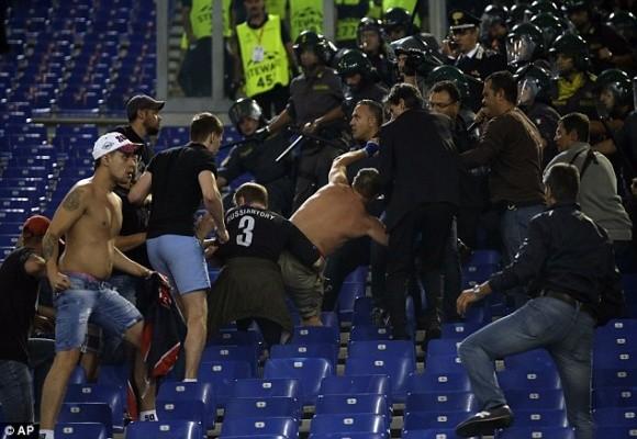 """Thảm bại ở Roma, hooligan Nga lao vào """"tẩn"""" các tifosi trên khán đài ảnh 3"""