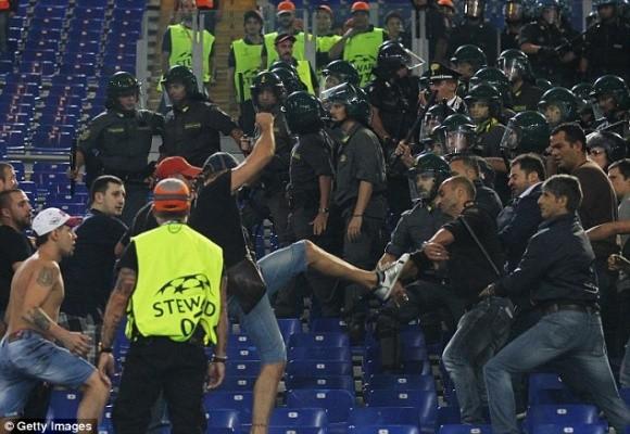 """Thảm bại ở Roma, hooligan Nga lao vào """"tẩn"""" các tifosi trên khán đài ảnh 4"""