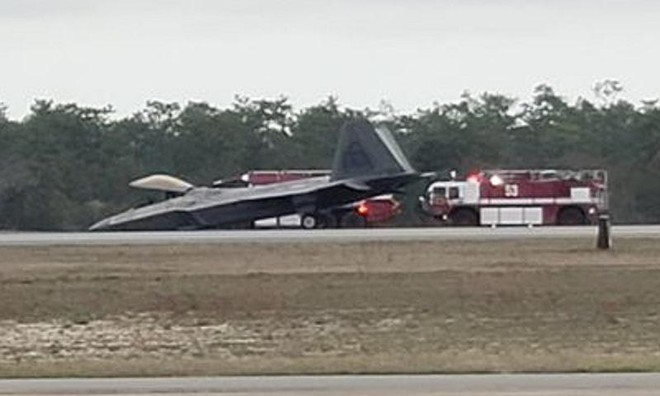 """[Info] F-22 Raptor Mỹ vừa """"cắm mặt"""" xuống đường băng ảnh 1"""