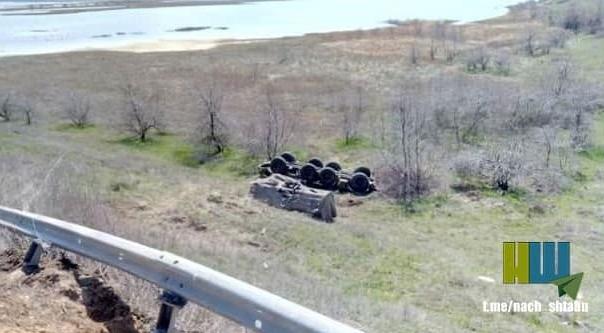 """[Info] """"Bão lửa"""" BM-27 Ukraine lật bẹp dí trên cao tốc ảnh 1"""