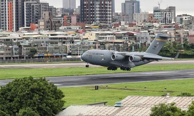 """[Info] """"Quái vật bầu trời"""" C-17 Mỹ hạ cánh xuống đảo Đài Loan ảnh 1"""