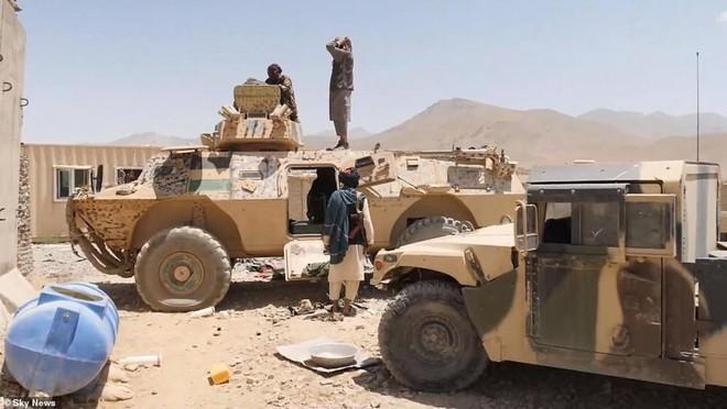 [Info] Lính Afghanistan giao nộp xe bọc thép cực mạnh từ Mỹ cho Taliban ảnh 1