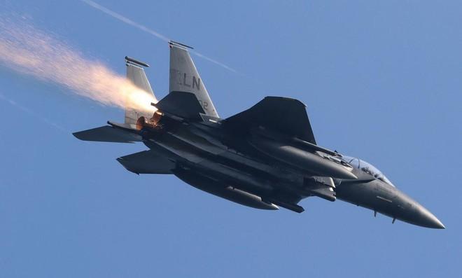 [Info] F-15E Mỹ dù bị lỗi động cơ vẫn làm nhiệm vụ trên không suốt 2 tiếng ảnh 1
