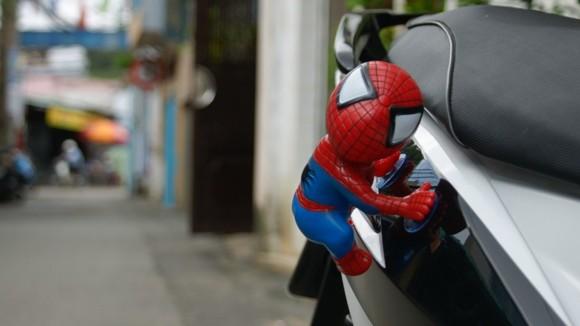 """Rộ mốt treo """"người dơi, người nhện"""" lên xe máy ảnh 9"""