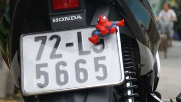 """Rộ mốt treo """"người dơi, người nhện"""" lên xe máy ảnh 7"""