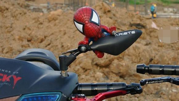 """Rộ mốt treo """"người dơi, người nhện"""" lên xe máy ảnh 4"""