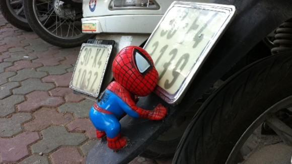"""Rộ mốt treo """"người dơi, người nhện"""" lên xe máy ảnh 8"""