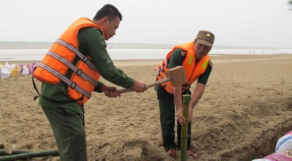 Bão lớn về sát biển, bộ đội hối hả giúp dân ảnh 3