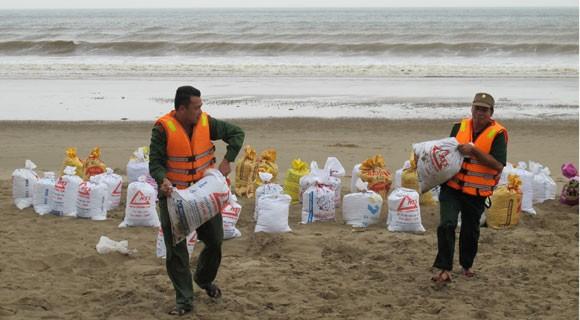 Bão lớn về sát biển, bộ đội hối hả giúp dân ảnh 2