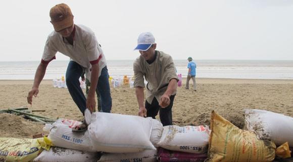 Bão lớn về sát biển, bộ đội hối hả giúp dân ảnh 4