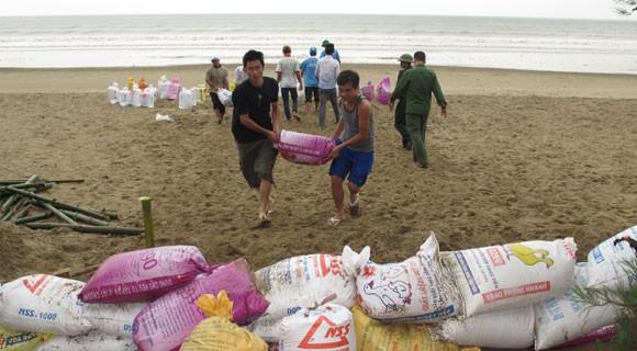 Bão lớn về sát biển, bộ đội hối hả giúp dân ảnh 5