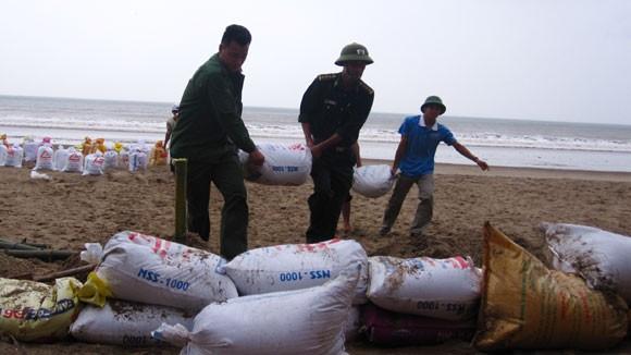 Bão lớn về sát biển, bộ đội hối hả giúp dân ảnh 7