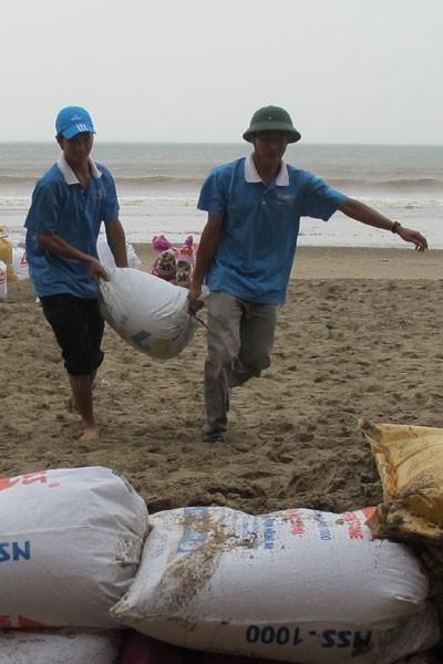 Bão lớn về sát biển, bộ đội hối hả giúp dân ảnh 9