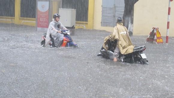 Mưa lớn, Hà Nội lại chìm trong biển nước ảnh 9