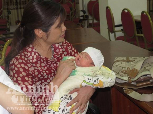 Bé 2 ngày tuổi bị bắt cóc ở bệnh viện đã an toàn trong vòng tay mẹ ảnh 11