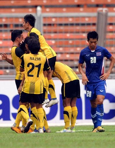 Thua toàn diện Malaysia, Thái Lan có nguy cơ bị loại ảnh 1