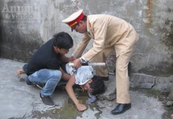 Thượng tá Lê Đức Đoàn cứu sống thanh niên nhảy cầu Chương Dương tự tử ảnh 3