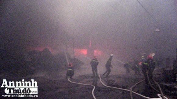Cháy lớn một xưởng sản xuất đệm mút ở Thường Tín