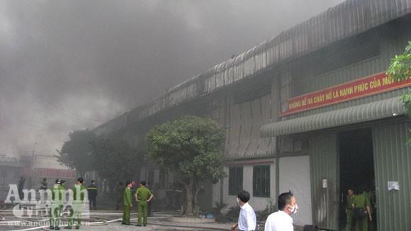 Cháy lớn một xưởng sản xuất đệm mút ở Thường Tín ảnh 3