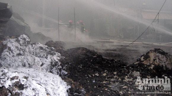Cháy lớn một xưởng sản xuất đệm mút ở Thường Tín ảnh 5