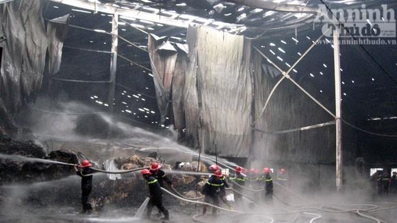 Cháy lớn một xưởng sản xuất đệm mút ở Thường Tín ảnh 6