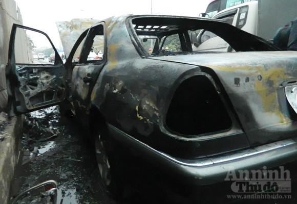 Mercedes E300 hóa tro tàn trên phố Nguyễn Xiển ảnh 2