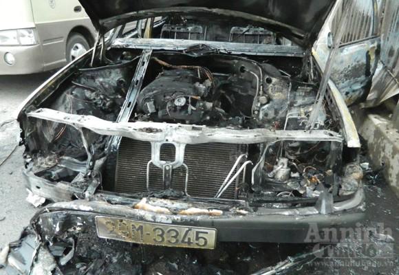 Mercedes E300 hóa tro tàn trên phố Nguyễn Xiển ảnh 3