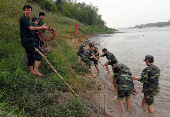 Mò sắt trên sông Đuống, vớt được…bom tạ ảnh 2
