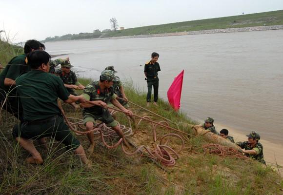 Mò sắt trên sông Đuống, vớt được…bom tạ