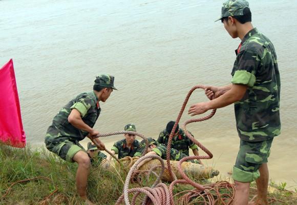 Mò sắt trên sông Đuống, vớt được…bom tạ ảnh 3