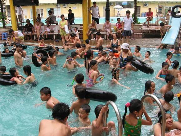 Nắng gắt, bể bơi Hà Nội đông bất thường ảnh 1