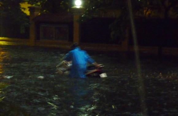 Hà Nội ngập úng sau trận mưa giải nhiệt ảnh 2