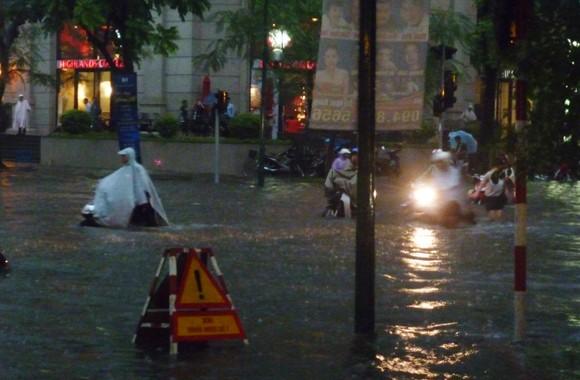 Hà Nội ngập úng sau trận mưa giải nhiệt ảnh 4
