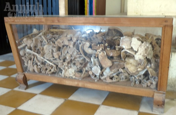 Những bức ảnh này do chính Khmer Đỏ chụp, nhưng không kịp tiêu hủy khi Bộ đội tình nguyện Việt Nam đến; và chúng trở thành những bằng chứng rõ ràng nhất về tội ác diệt chủng. Chiếc tủ đựng răng hàm, xương bánh chè và nhiều bộ phận cơ thể khác của tù nhân