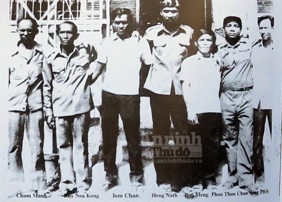 Ông Chum Manh (trái) và tác giả Ông Chum Manh (bìa trái) và những cựu tù còn sống sót (Ảnh tư liệu từ năm 2001, hiện nay người còn, người đã mất)
