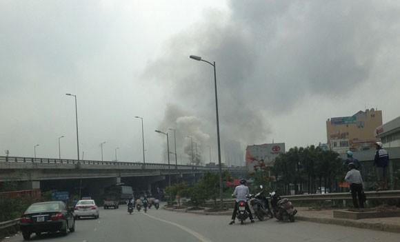 Đường trên cao HN: Xe khách phát nổ rồi bốc cháy dữ dội ảnh 1