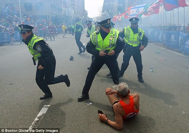 Khủng bố đẫm máu tại giải marathon Boston, 130 người thương vong ảnh 3