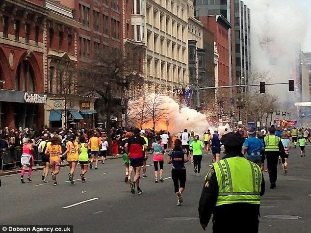 Khủng bố đẫm máu tại giải marathon Boston, 130 người thương vong ảnh 1