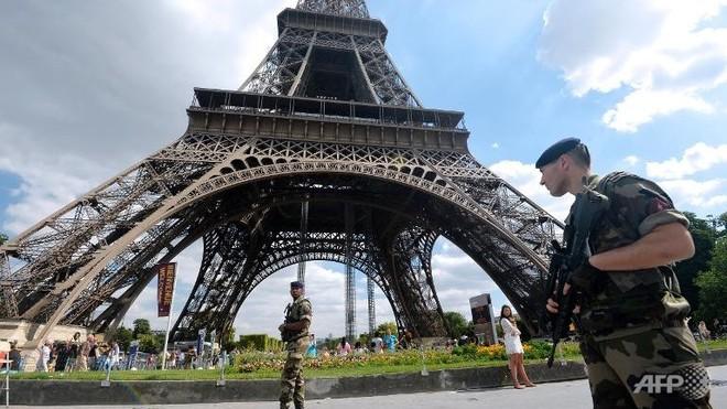 Tháp Eiffel sơ tán du khách do bị đe dọa ảnh 1