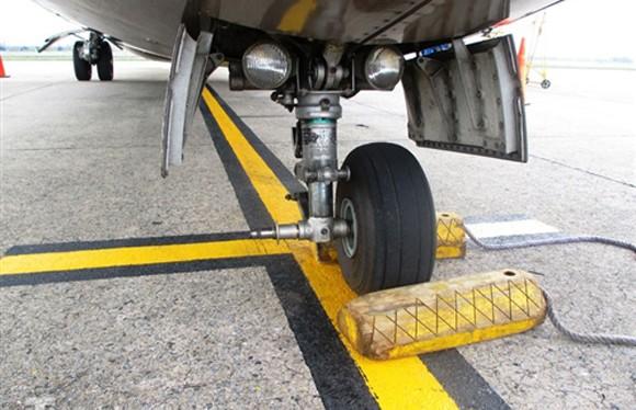 Bánh máy bay ATR-72 rơi ngay trong sân bay Cát Bi, lọt xuống mương nước ảnh 1