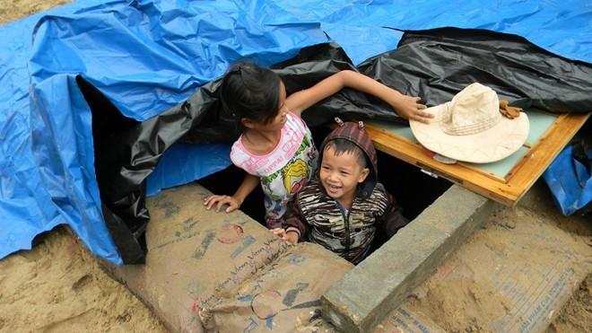 Dân đào hầm, quân đội đưa xe lội nước vào đối phó siêu bão Hải Yến ảnh 7