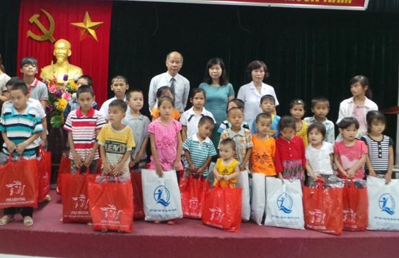 Niềm vui của hàng trăm trẻ em nghèo bị khuyết tật mắt ảnh 1
