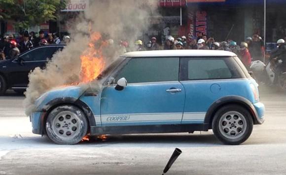 Hà Nội: Mini cooper bốc cháy giữa đường ngày cuối năm ảnh 1