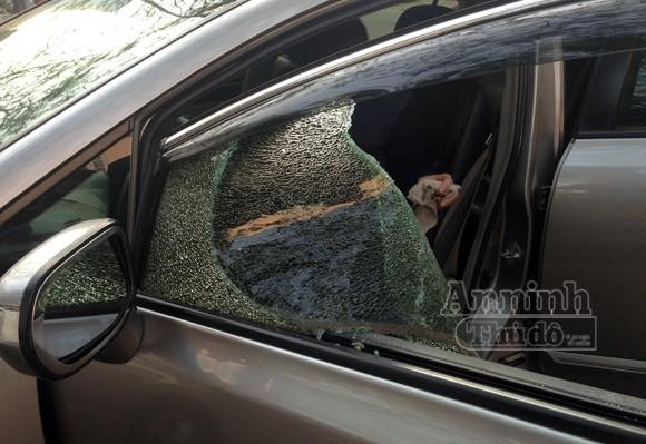 """""""Chiêu"""" mới: Dùng vam nhọn chọc thủng kính ôtô, trộm đồ"""